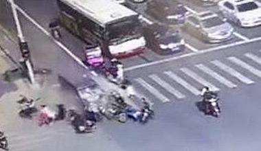 郑州面包车恶意冲撞人群